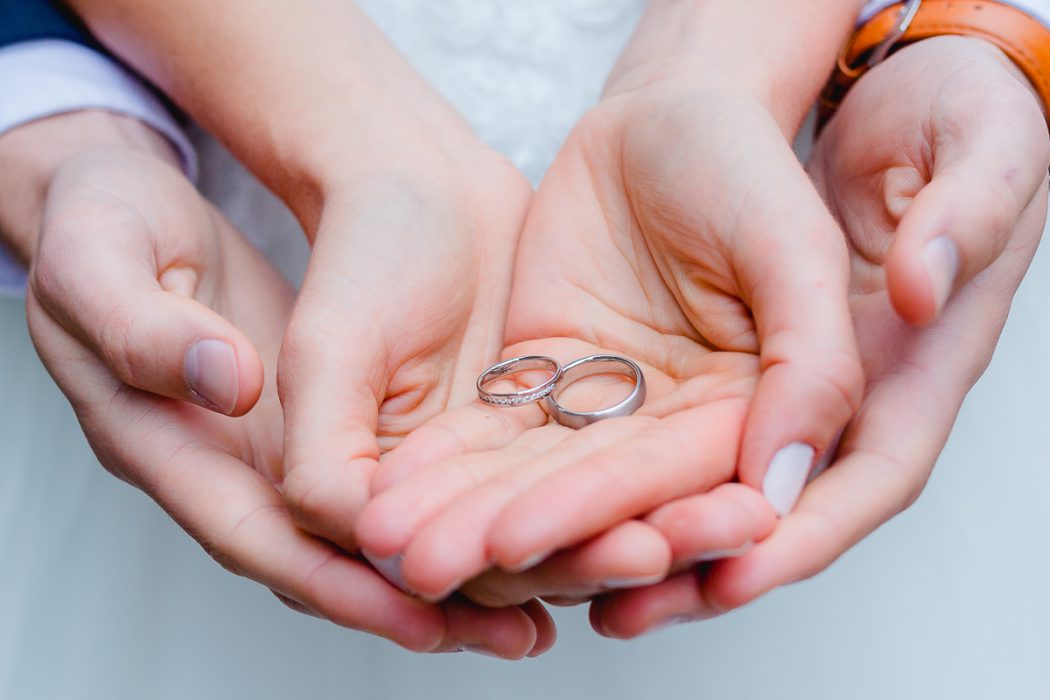 Portrait_Hochzeitsfotograf_Details_Ringe_Ehe_Heiraten_Unendlichkeit_Ehering_Verlobungsring