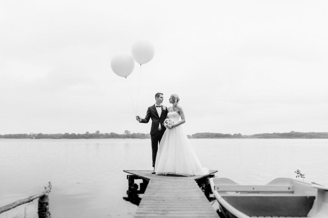 Portrait_Hochzeitsfotograf_Brautkleid_Braut_Bride_Hamburg_lifestyle_Ballons_Brautpaar_am_See