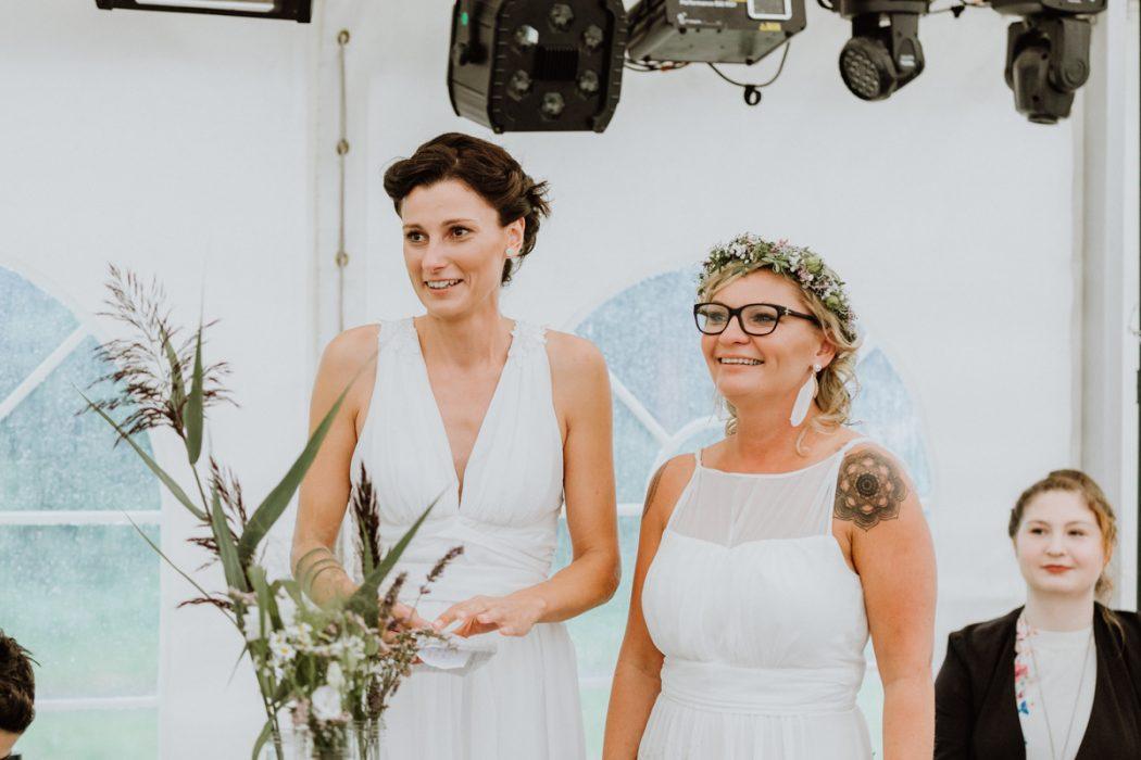 """alt=""""Zwei Bräute in Stade und Hamburg, Hochzeitsfotografin, Braut, Shooting auf dem Lande, Gay Couple, Weddingphotographer, Freie Trauung"""""""