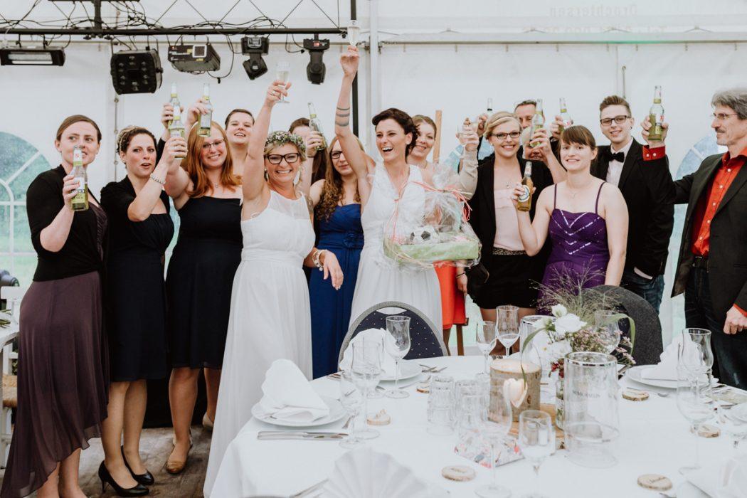 """alt=""""Zwei Bräute in Stade und Hamburg, Hochzeitsfotografin, Braut, Shooting auf dem Lande, Gay Couple, Weddingphotographer, Hochzeitsgesellschaft, Gruppenbilder"""""""