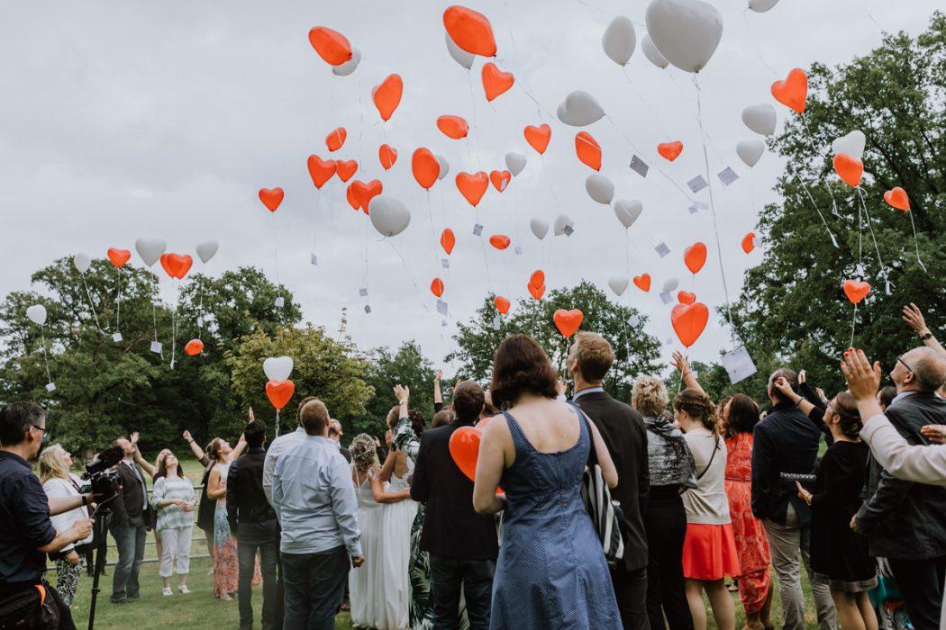 """alt=""""Zwei Bräute in Stade und Hamburg, Hochzeitsfotografin, Braut, Shooting auf dem Lande, Gay Couple, Weddingphotographer, red ballons"""""""