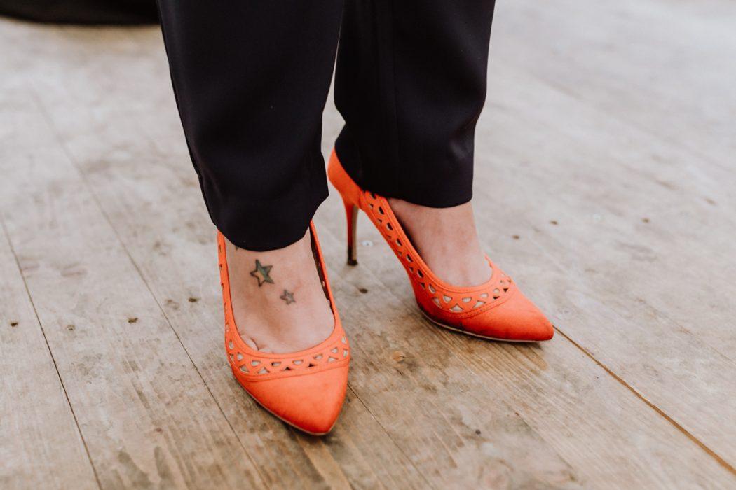 """alt=""""Zwei Bräute in Stade und Hamburg, Hochzeitsfotografin, Braut, Shooting auf dem Lande, Gay Couple, Weddingphotographer, red shoes"""""""