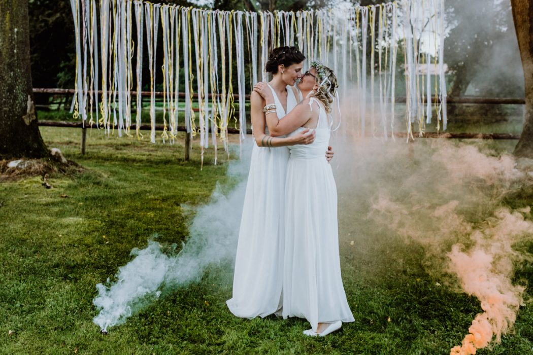 """alt=""""Zwei Bräute in Stade und Hamburg, Hochzeitsfotografin, Braut, Shooting auf dem Lande, Gay Couple, Weddingphotographer"""""""