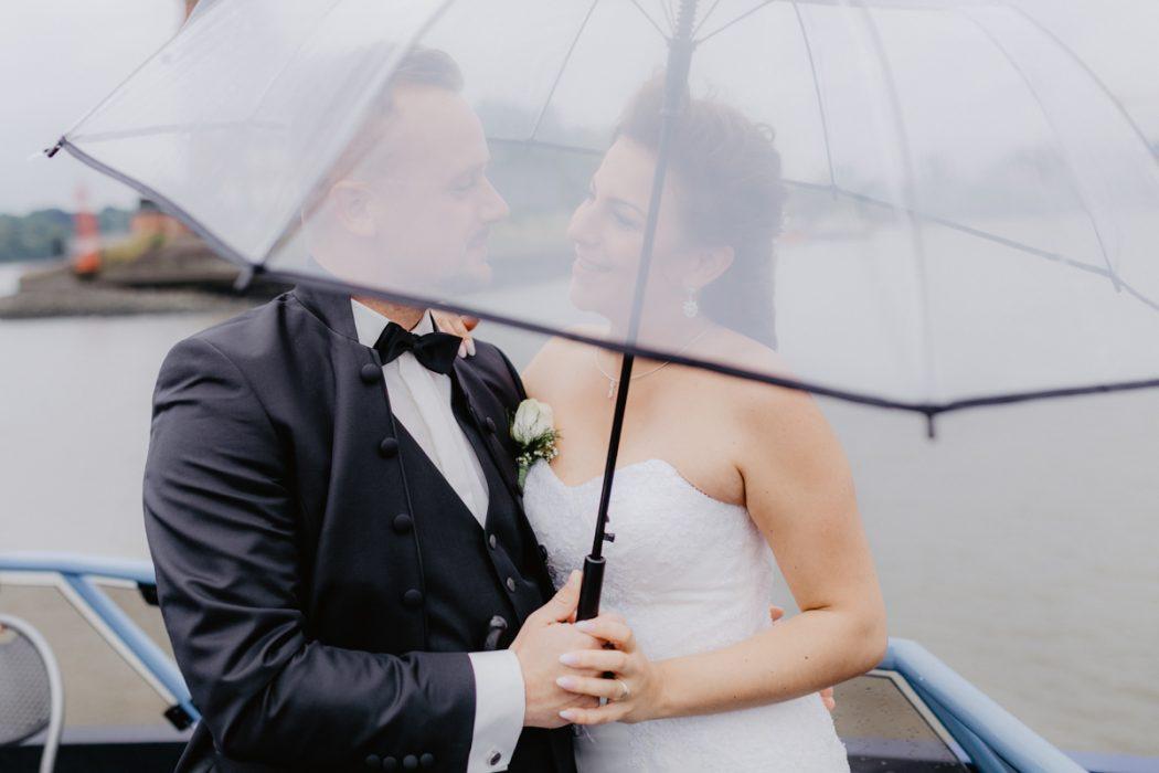 Spanische Braut, Hochzeit, Hochzeitsfeier, Freietrauung, Regen, Love, Verlobt, Verliebt, Hamburger Hochzeitsfotografie, Hochzeitsfotograf, Elbe, Teufelsbrücke, Fleet 3, HVV, Elbfähre, Brautpaar, Hochzeitsring, Hochzeitsstrauß, Schleier, Brautkleid, Trauung am Wasser,