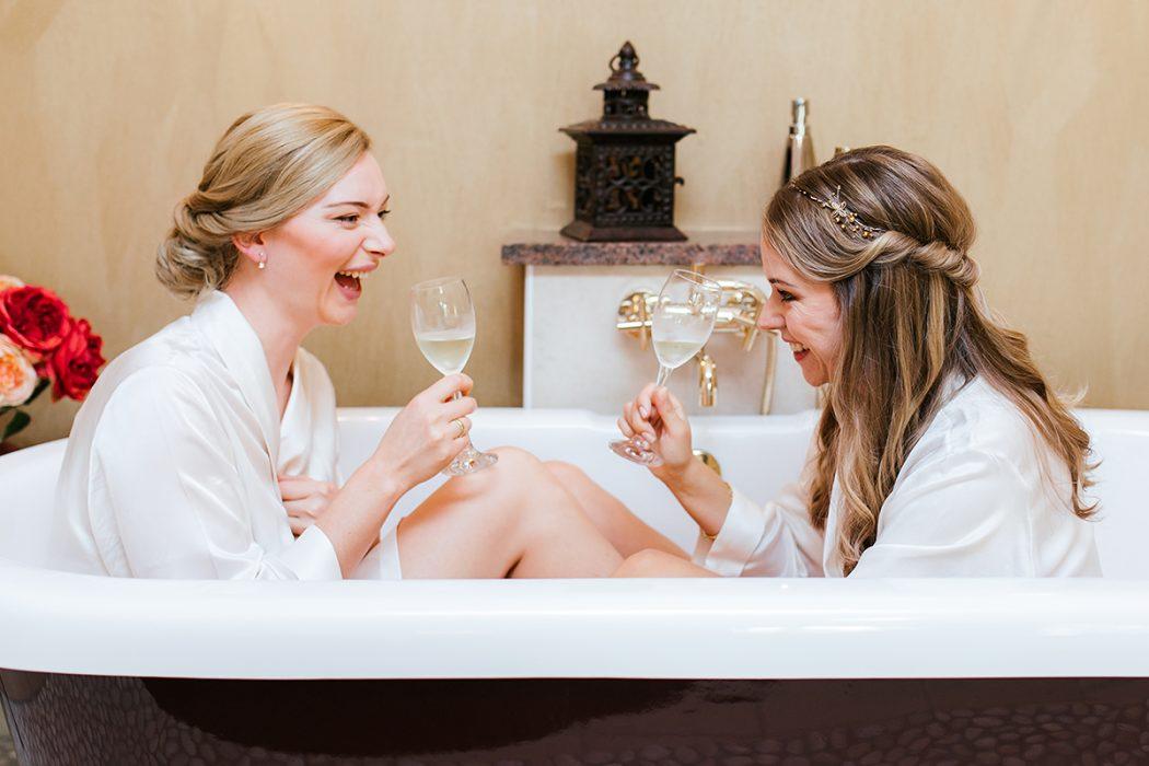 Getting Ready Braut und Trauzeugin Lachen