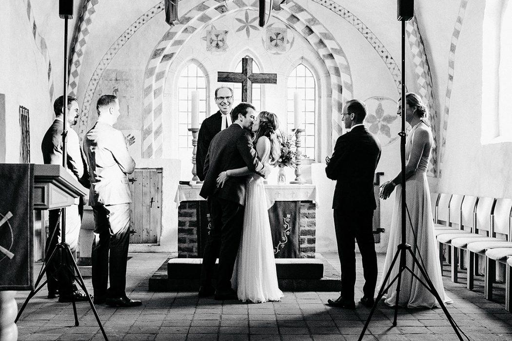 Kirchliche Trauung Kuss